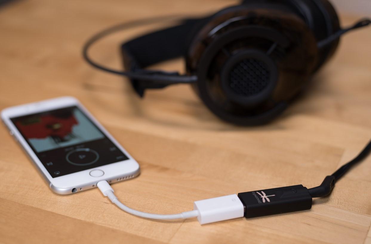 Lo que Apple, Lenovo y el resto de la industria quieren ya estaba inventado. DragonFly es un buen ejemplo de cómo sacar el DAC/AMP del teléfono/portátil y lograr mayor calidad de sonido.